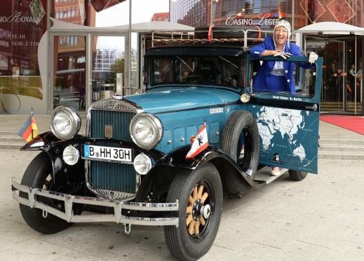 Die ehemalige Rennfahrerin Heidi Hetzer posiert am 24.07.2014 in Berlin an einem Hudson Great Eight Oldtimer mit dem Baujahr 1930. Hetzer möchte am Sonntag ihre Weltreise mit dem Fahrzeug antreten. Foto: Britta Pedersen/dpa +++(c) dpa - Bildfunk+++